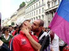 Salerno Pride choc: vigili in borhese contro baci passionali