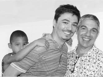 Due coppie etero lo rifiutano, lo adottano due papà gay