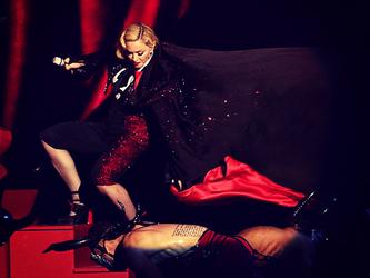 La caduta di Madonna diventa un gioco: se iniziate, non finirete più