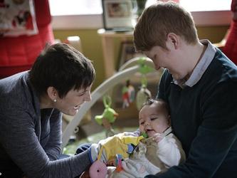 La bimba è figlia di due lesbiche e il medico si rifiuta di curarla