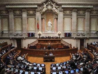 Il parlamento del Portogallo riapprova le adozioni gay