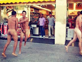 Tre+italiani+vagano+completamente+nudi+per+Barcellona%3A+%C3%A8+scandalo