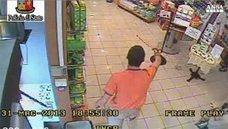 Uno degli aggressori entra nella farmacia brandendo un bastone