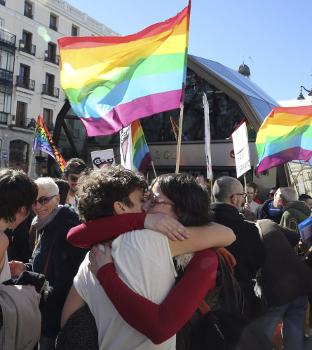 Il bacio collettivo alla Puerta del Sol