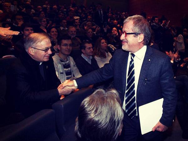 La stretta di mano tra Maroni e don Inzoli durante il convegno di Milano