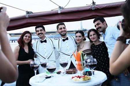 Ekin Keser e Emrullah Tuzun nel giorno del matrimonio