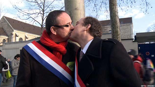 Due deputati socialisti si baciano durante il corteo