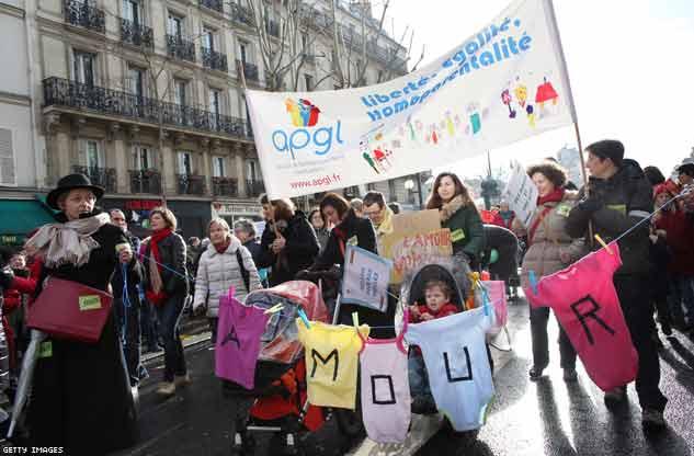 Le coppie gay portano i figli in piazza con loro