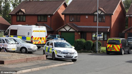La casa dei coniugi durante le indagini della polizia