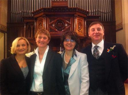 Alessandra Brussato e Manuela Vinay (al centro) nel giorno del loro matrimonio valdese, con Guido Allegrezza e Ileana Piazzoni