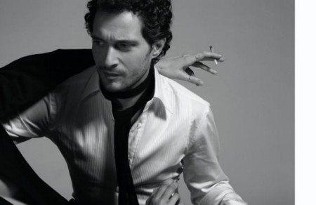 Il fascino di Claudio Santamaria emerge su Vogue Italia