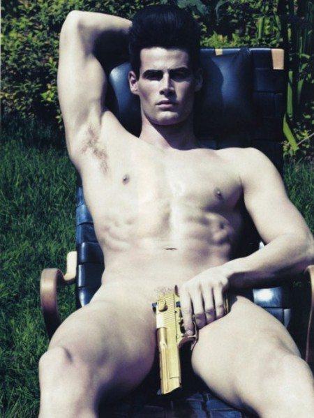 Pistole, caramelle e nudità per Steven Klein