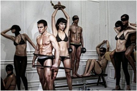 Underwear greca, tra statue umane e modelli di marmo
