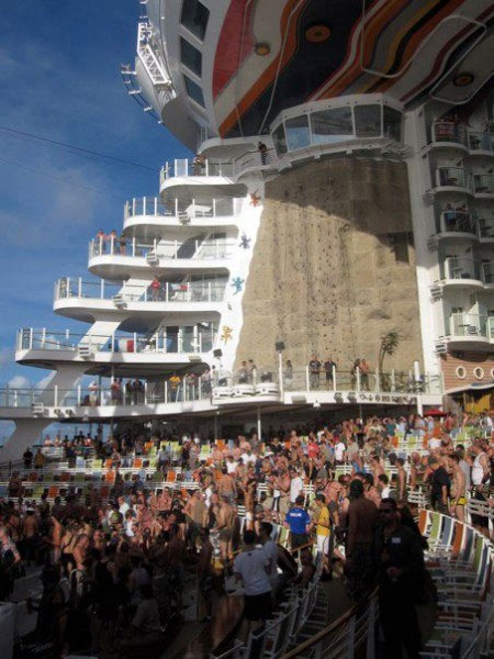 Dentro Atlantis, la più grande crociera gay al mondo