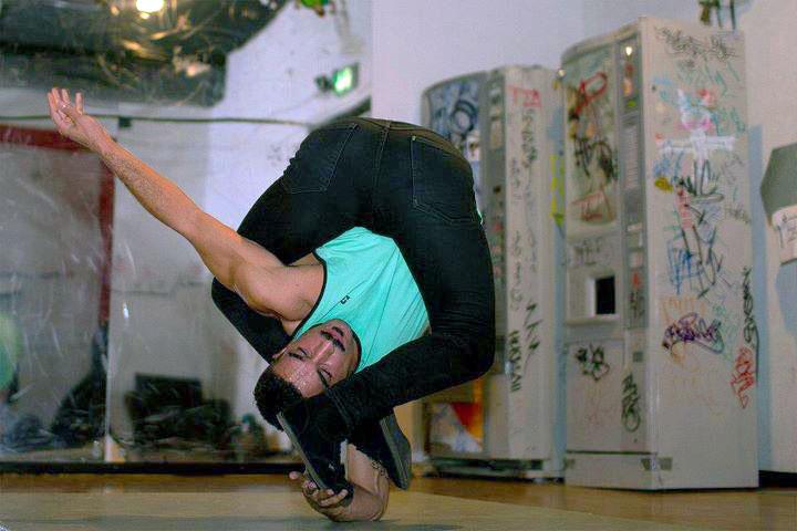 RubberLegz, il ballerino e designer che ama contorcersi