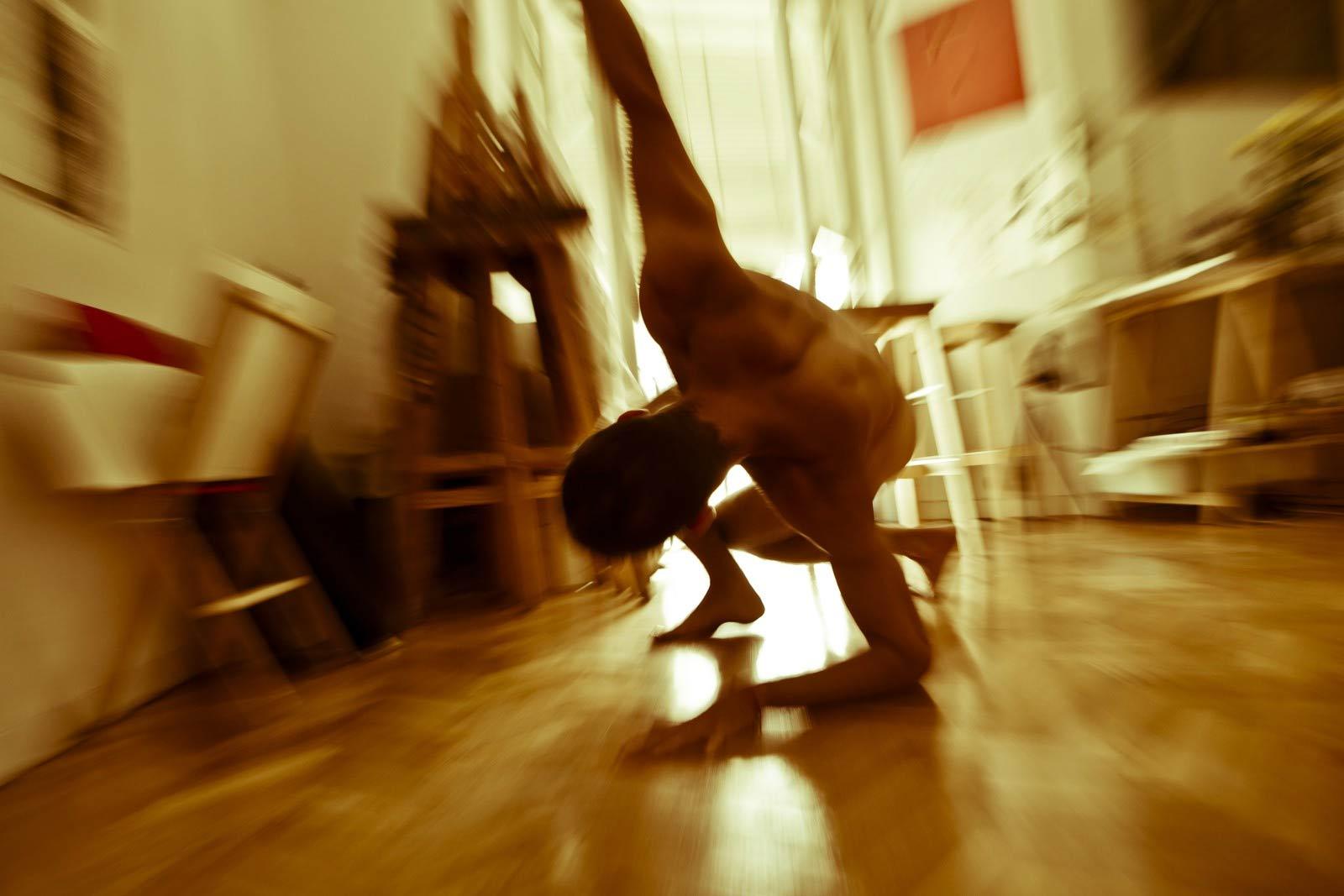 Alberto e Julian, nudi e acrobatici per Joan Crisol