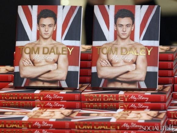 Tom, tuffatore olimpico 18enne, in costume per il suo libro