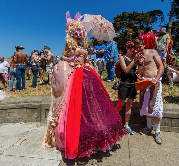 Bay to Breakers: gli etero sfilano che sembra un Gay Pride
