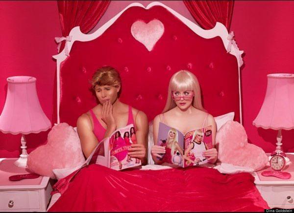 Ken? Adesso è gay e tradisce la Barbie con un bambolo