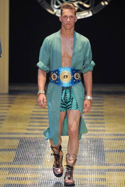 Ma voi ci andreste al mare vestiti così?
