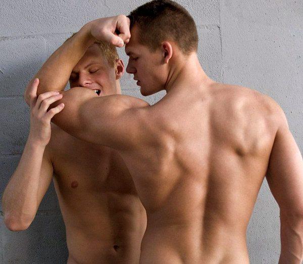 Le mille forme del bacio gay