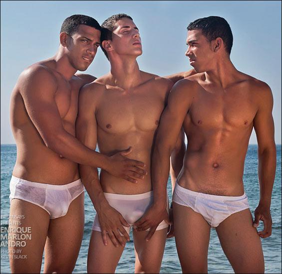 I tre modelli cubani sulla spiaggetta fotografati da Slack, a colori