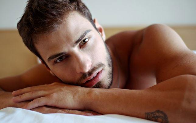 Lucas Malvacini, intervistato da un magazine gay, posa quasi nudo