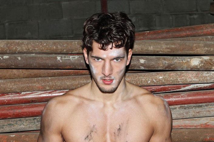 Il fascino dirompente del modello italiano fotografato da Simon
