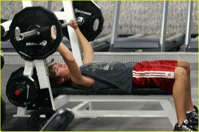 Zac Efron mette in mostra i muscoli