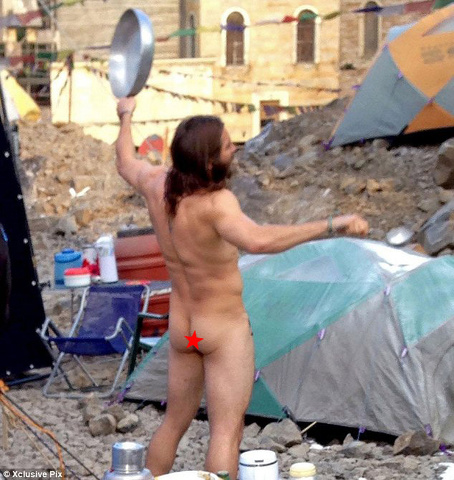 Jake Gyllenhaal completamente nudo sul set a Roma