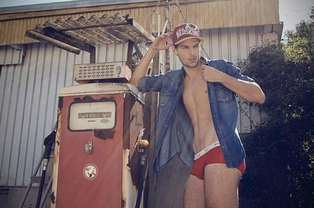 Edwin Bermoser per FU Underwear: la pompa di benzina diventa esplosiva