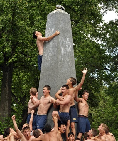 I cadetti tornano a scalare l'obelisco ricoperto di grasso