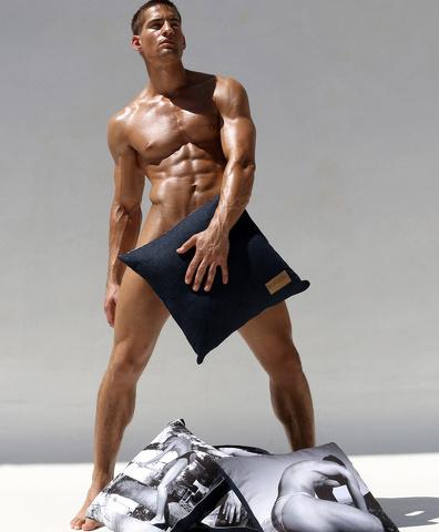 Logan Swiecki-Taylor: la battaglia coi cuscini diventa hot