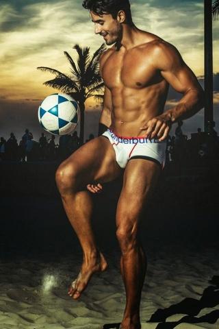 Da modello a calciatore in intimo. Gli scatti sexy per Rounderwear