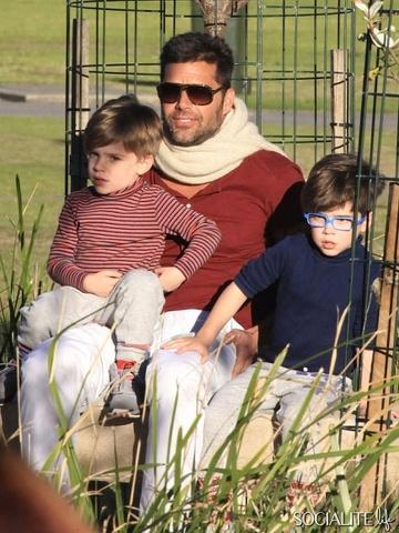 Ricky Martin porta i figli al parco