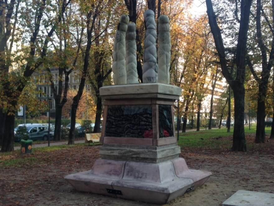 Milano. La scultura hard con i falli ha un nome: