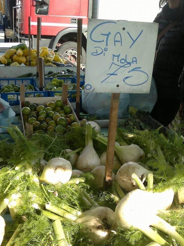 Finocchi al mercato. A Bari vendono i