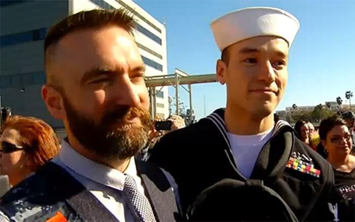 Ritorna dopo sette mesi in mare: il bacio del marinaio e il fidanzato