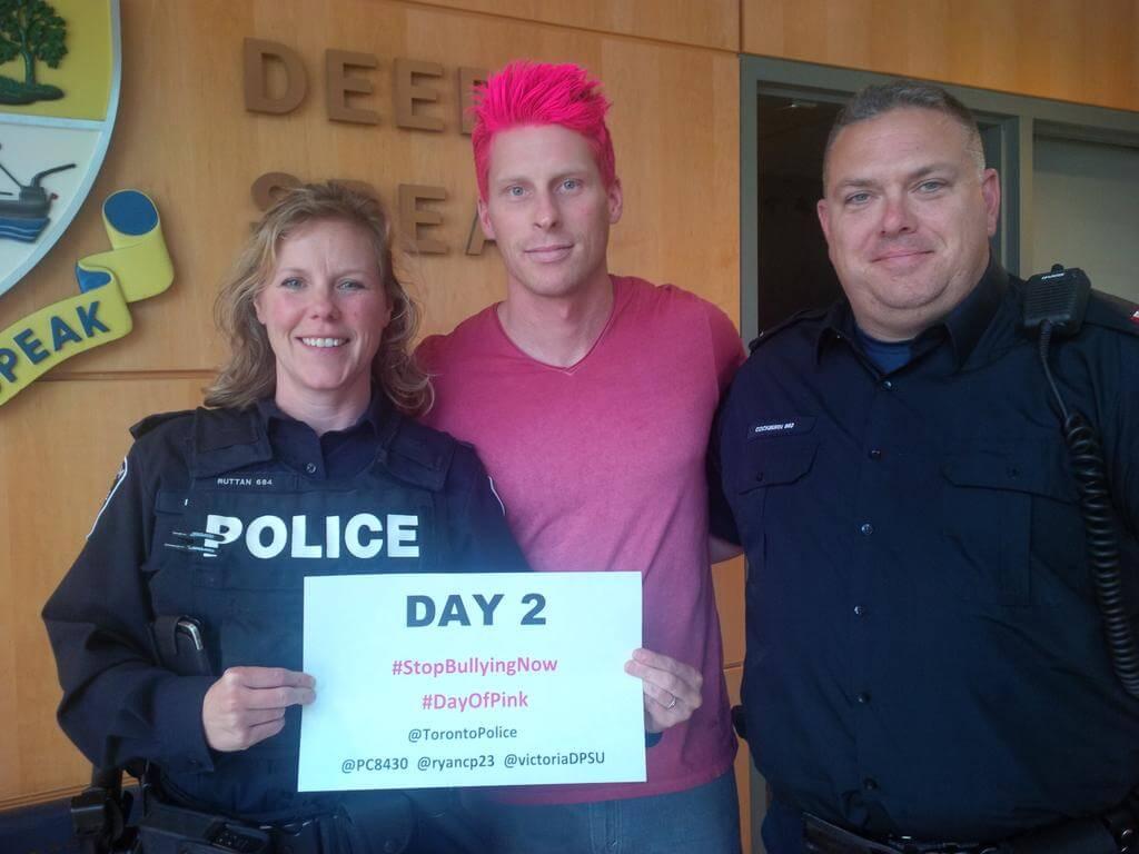 Anche il poliziotto si tinge i capelli di rosa contro l'omofobia