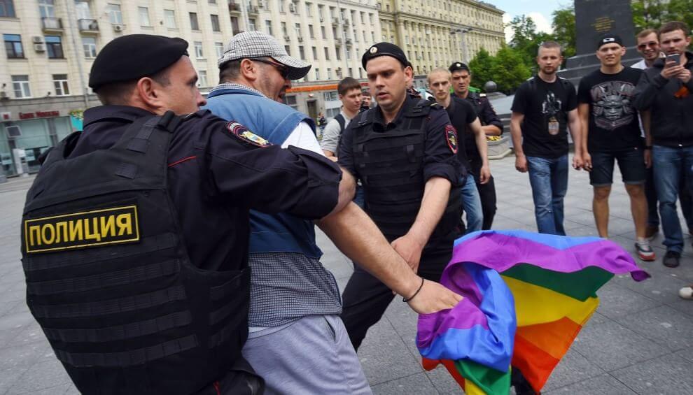Scontri e arresti al Mosca Pride: le immagini di un finale annunciato