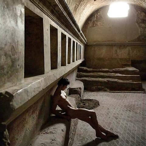 Roberto Bolle nudo a Pompei