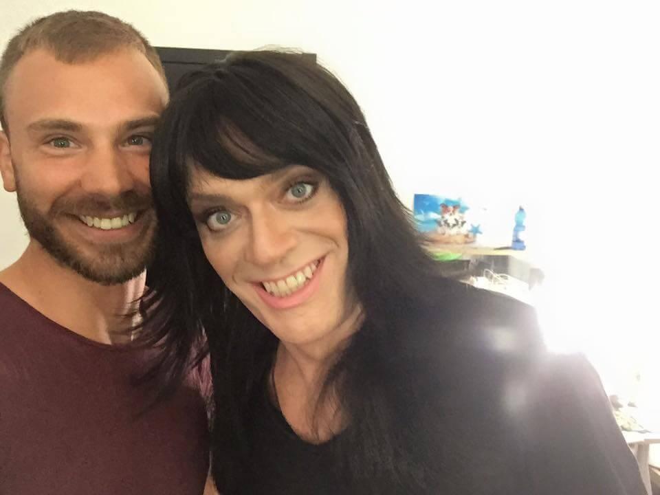 Max Pezzali come Conchita Wurst (barba a parte) - FOTO