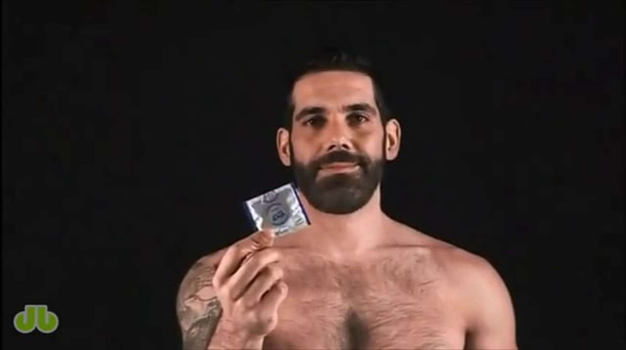 tony_duque_si_mette_preservativo_bear_ispanico_nudo