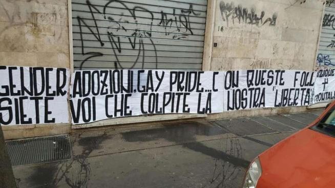 Striscione omofobo al Gay Center di Roma