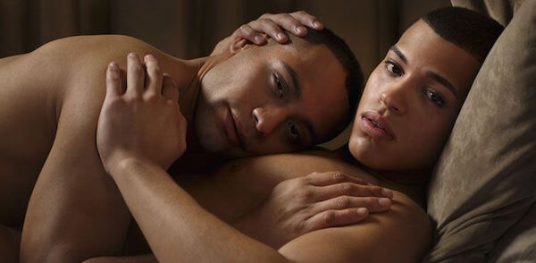 due uomini gay belli che si abbracciano nudi
