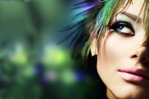 primo piano di una bellissima ragazza con gli occhi verdi che pensa con sfondo verde