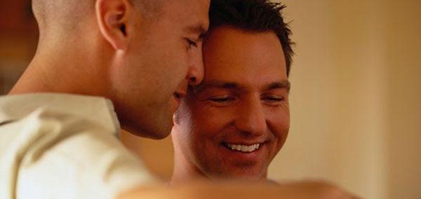 un uomo che appoggia il naso alla fronte dell'altro in gesti di amore e sacolto