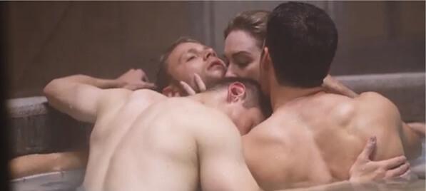 tre uomini in una vasca da bagno che abbracciano una donna