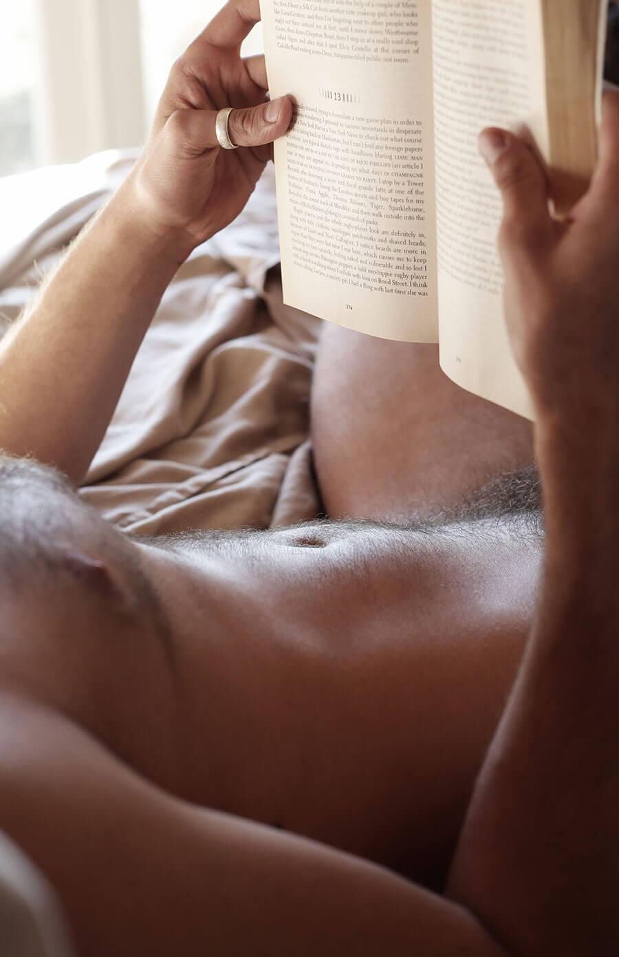 uomini_nudi_leggono_libri_a_letto_luke_austin