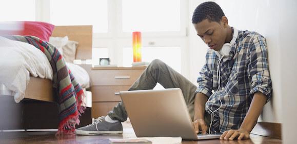 ragazzo cerca ragazzo gay in una chat online